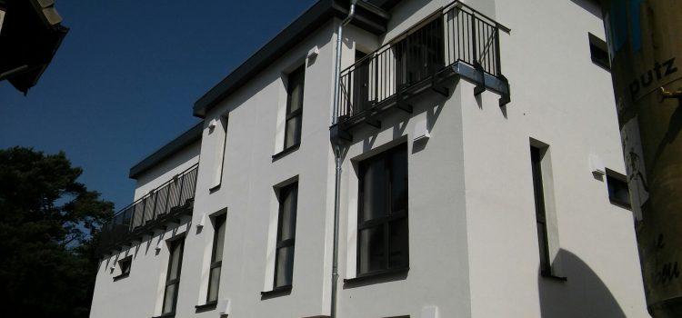 VERKAUFT – Neubau von drei Architekten-Stadthäusern mit Garten Stadtnah – Modern – Energiesparend